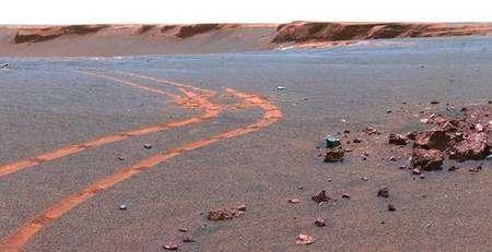 Traces de roues d'Opportunity sur le sol martien, dont la blancheur révèle un dépôt de silice. Crédit Nasa