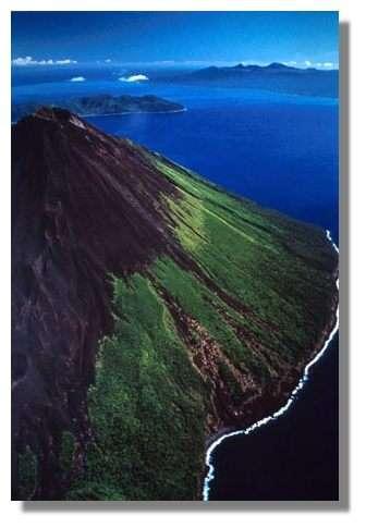 Le sommet du volcan Lopévi (1462 m), sur l'île de Paama. Au loin : l'île d'Ambrym, Vanuatu. © IRD/Pierre Evin.
