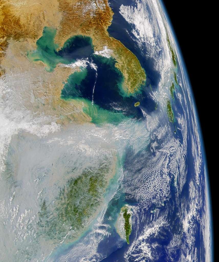 Vue satellite du transport sur de longues distances des panaches d'aérosols et de particules en suspension produits en Chine, et qui polluent fortement l'air de nombreuses grandes villes de ce pays. © US Nasa SeaWiFT project