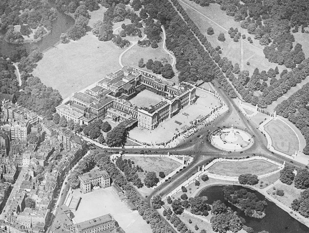 Vue aérienne du palais de Buckingham en 1934. La résidence de la reine Elizabeth II n'a pas été rénovée depuis la fin de la Seconde guerre mondiale. © Royal Air Force