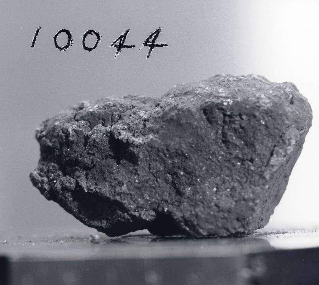Une des roches lunaires utilisées par les chercheurs. Sa référence pour la mission Apollo 11 est 10044. © Nasa