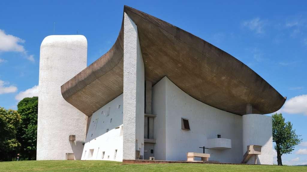 La chapelle Notre-Dame-du-Haut, à Ronchamp, en Haute-Saône. © Wladyslaw, Wikimedia Commons, GNU 1.2