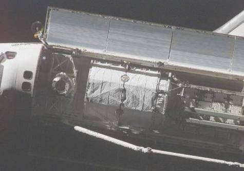Sur cette photo d'Atlantis prise depuis l'ISS, le dissipateur thermique est bien visible (en haut de l'image, ouvert)