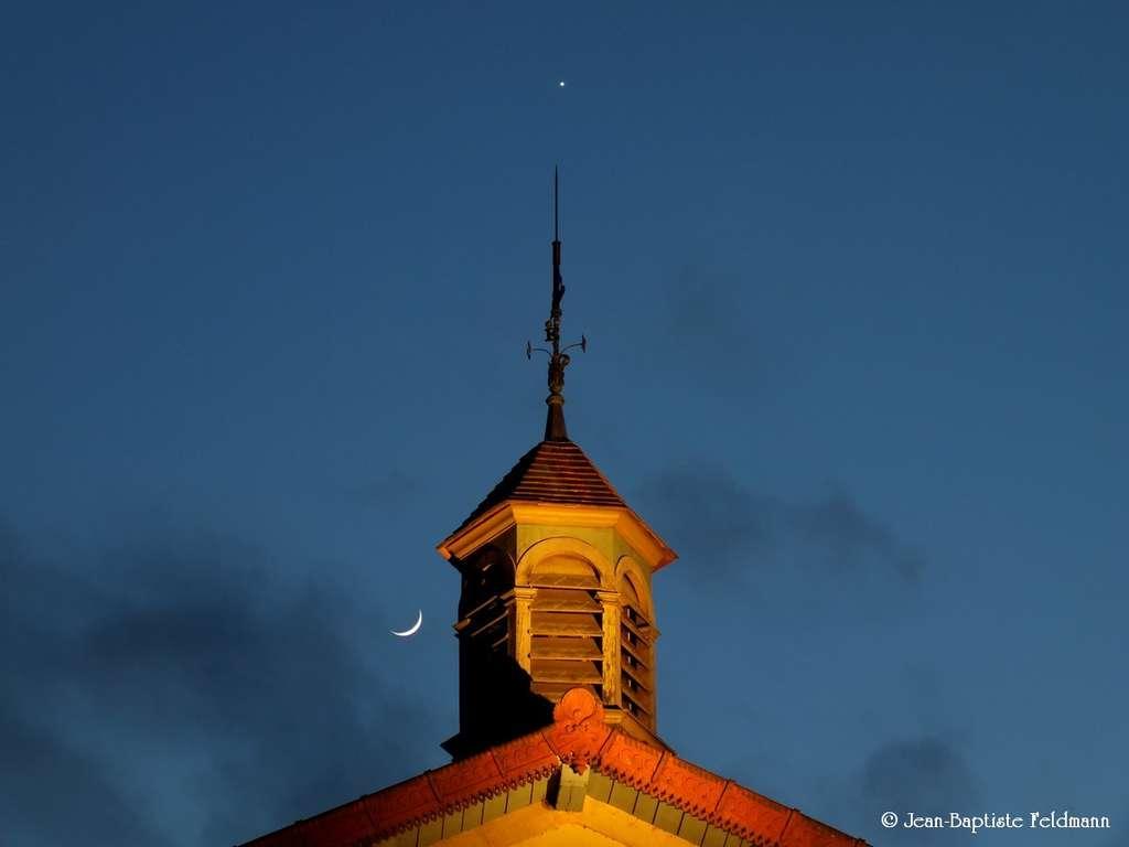 Dernier rendez-vous entre le croissant lunaire et Vénus le 24 avril dernier. La deuxième planète du Système solaire va maintenant entamer une rapide plongée vers le Soleil et passera devant notre étoile le 6 juin prochain. © Jean-Baptiste Feldmann