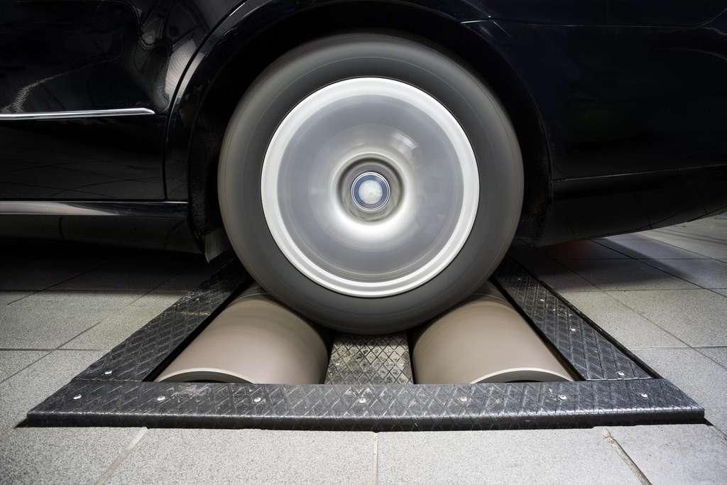 Selon les chercheurs qui ont examiné le logiciel trompeur de Volkswagen, les tests antipollution actuels qui reposent sur un dynamomètre sont obsolètes face à la sophistication des systèmes embarqués. © UC San Diego