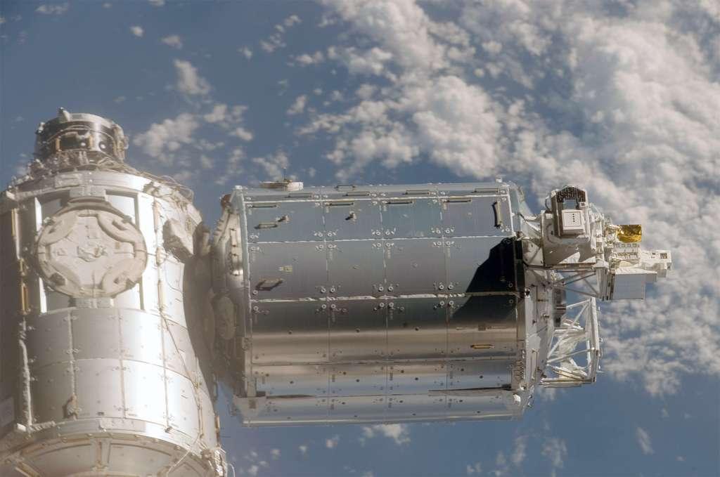 Le module Columbus et la plateforme (à droite) sur laquelle est installée l'expérience Expose. © Nasa