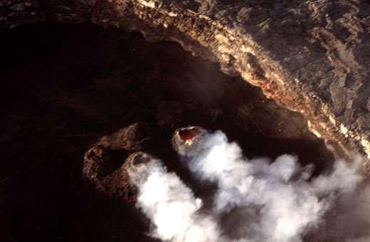 Vue aérienne des quatre hornitos actifs dans le cratère de 200 m de diamètre (5/12/2004). © J.-M. Bardintzeff, reproduction et utilisation interdites
