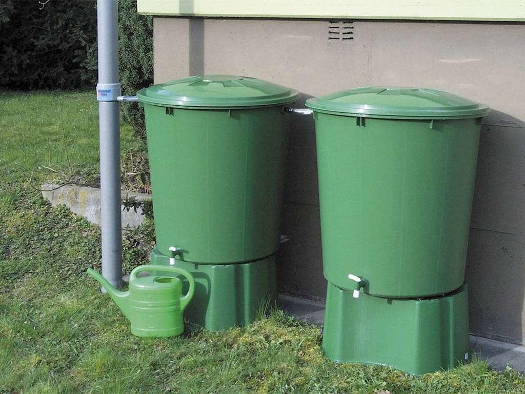Les récupérateurs aériens sont munis d'un robinet de puisage, en métal ou en plastique, situé dans le bas. Des socles spéciaux permettent de les surélever pour faciliter le soutirage ou remplir un arrosoir. © Gamm Vert