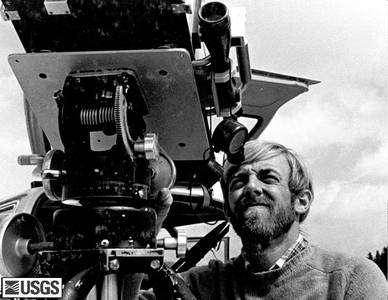 Dave Johnston (1949-1980) utilisant un équipement de détection de gaz le 4 avril 1980. Le Johnston Ridge, site principal d'observation du Mt St Helens, fut nommé en mémoire du géologue, disparu lors de l'éruption alors qu'il était en train de l'étudier (cliquer sur l'image pour l'agrandir). Crédit USGS