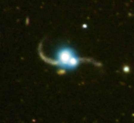 En bleu et blanc les images de Chandra montrent deux noyaux actifs de galaxie, des quasars. Les images dans le visible prises par Magellan montrent clairement des galaxies avec des trainées de marée. Crédit : X-ray (NASA/CXC/SAO/P. Green et al.), Optical (Carnegie Obs./Magellan/W.Baade Telescope/J.S.Mulchaey et al.)