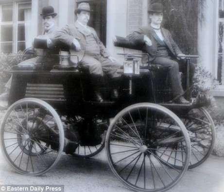 Photographie de 1884 qui présenterait la voiture électrique de l'inventeur britannique Thomas Parker. © Eastern Daily Press