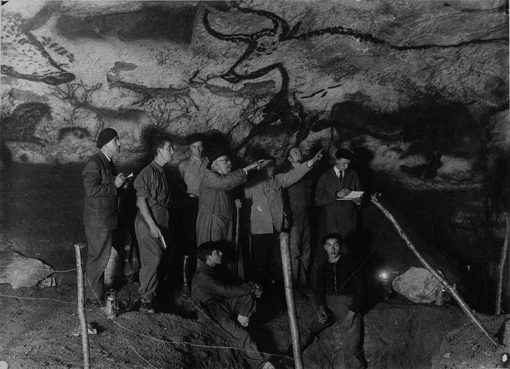 L'abbé Breuil et d'autres scientifiques sous le panneau des aurochs à Lascaux. © AFP