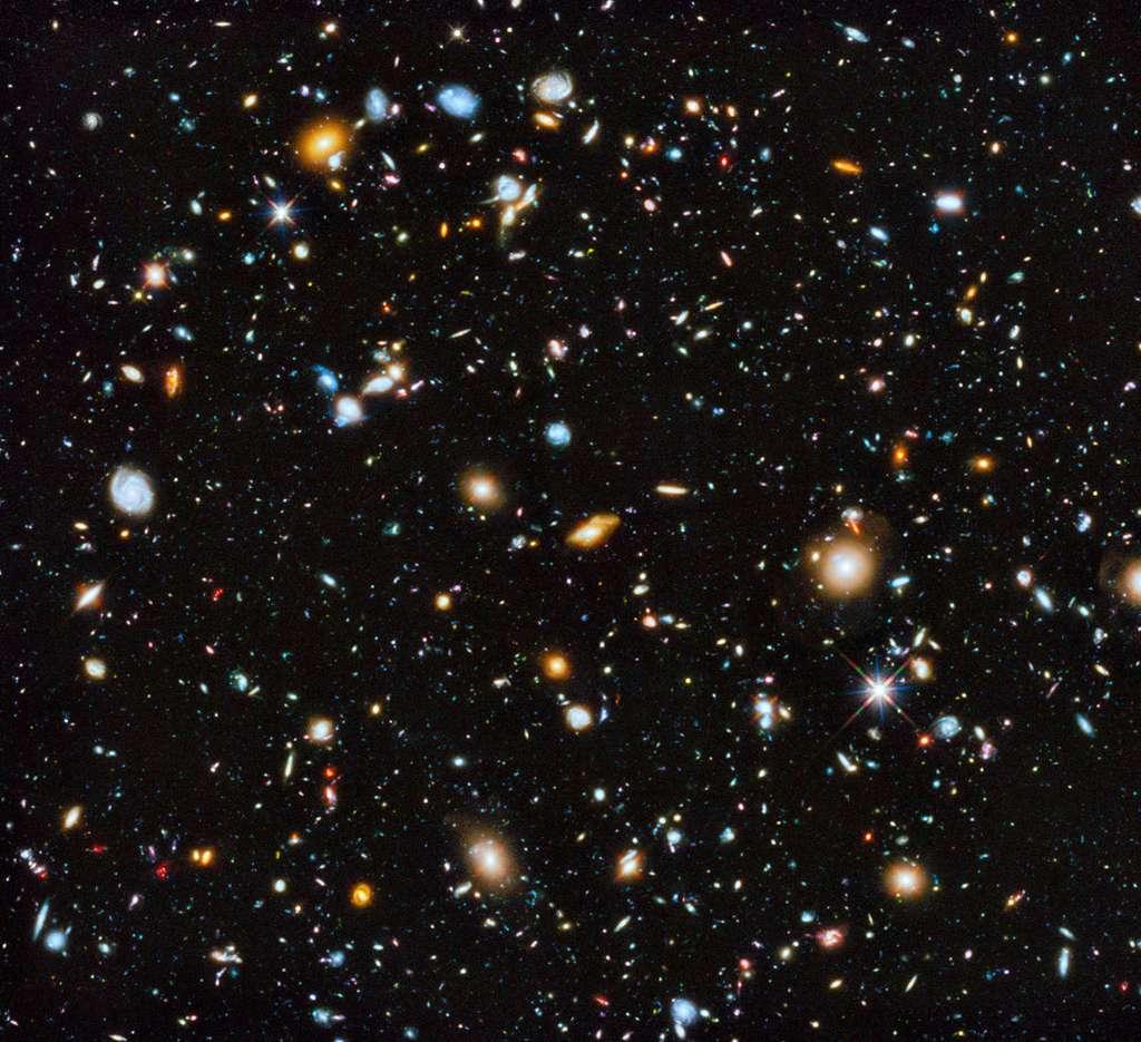 Image composite du champ ultra profond d'Hubble photographiée entre 2003 et 2012 dans trois gamme de rayonnements, le proche infrarouge, le visible et l'ultraviolet. Il s'agit du panorama galactique le plus coloré composé par le télescope spatial. Environ 10.000 galaxies sont éparpillées dans ce petit échantillon de la voûte céleste australe, et qui est quasiment dépourvu d'étoiles de notre Voie lactée au premier plan. © Nasa, ESA, H. Teplitz, M. Rafelski (IPAC/Caltech), A. Koekemoer (STScI), R. Windhorst, Z. Levay (STScI)