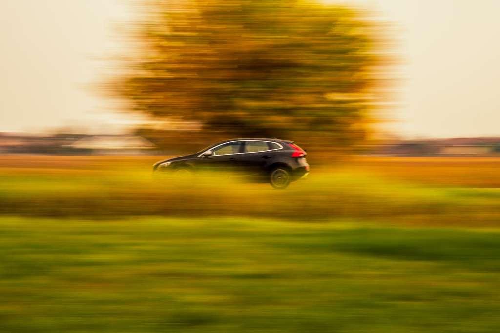 Réduire sa vitesse de 10 km/h économise jusqu'à cinq litres de carburant sur 500 kilomètres. © Zac Ong, Unsplash