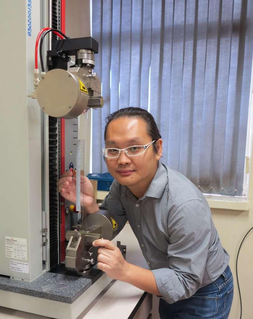 Le professeur Adrian Koh de l'Université nationale de Singapour. Il pose devant la machine qui sert à préétirer les muscles artificiels qui peuvent atteindre jusqu'à 5 fois leur longueur initiale. © National University of Singapore