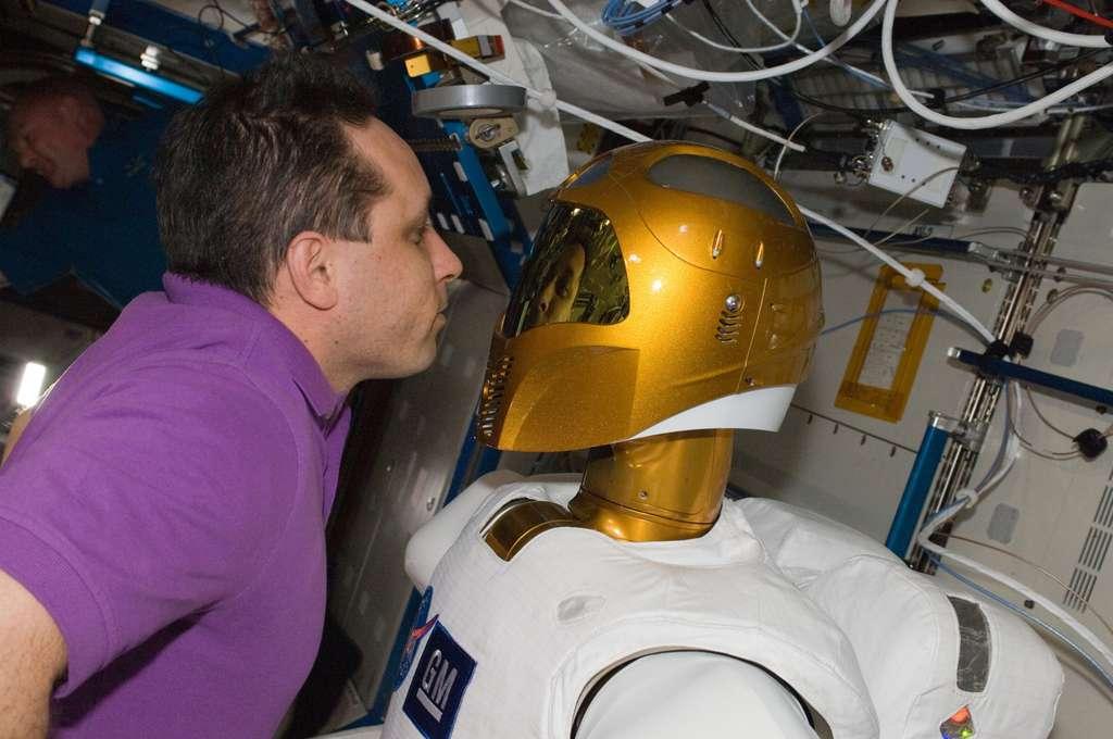 Le cosmonaute Anton Shkaplerov devant Robonaut 2 et son casque inspiré du personnage de Boba Fett de la saga Star Wars. © Nasa