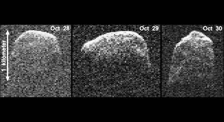 Trois images radar de l'astéroïde 2007 reconstituées à partir des observations faites les 28, 29 et 30 octobre 2012 avec l'antenne de 70 m du centre de Communications spatiales longues distances de Goldstone. 2007 PA8 était alors distant de la Terre de 10 millions et 9 millions de km, respectivement, les 28 et 30 octobre. © Nasa/JPL-Caltech/Gemin