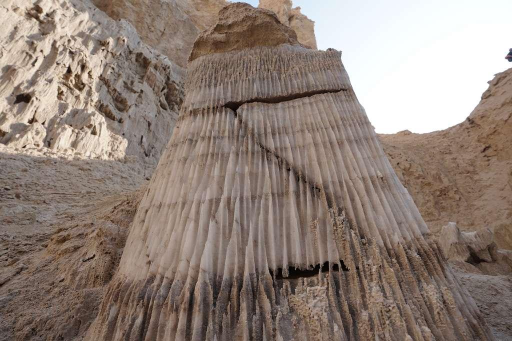 Cette colonne de sel à l'entrée de la grotte Malham a été surnommée « La femme de Lot » en référence à un passage de la Bible, qui raconte que la femme de Lot (le neveu d'Abraham) a été changée en statue de sel à la suite d'une punition divine. © Ruslan Paul, Université hébraïque