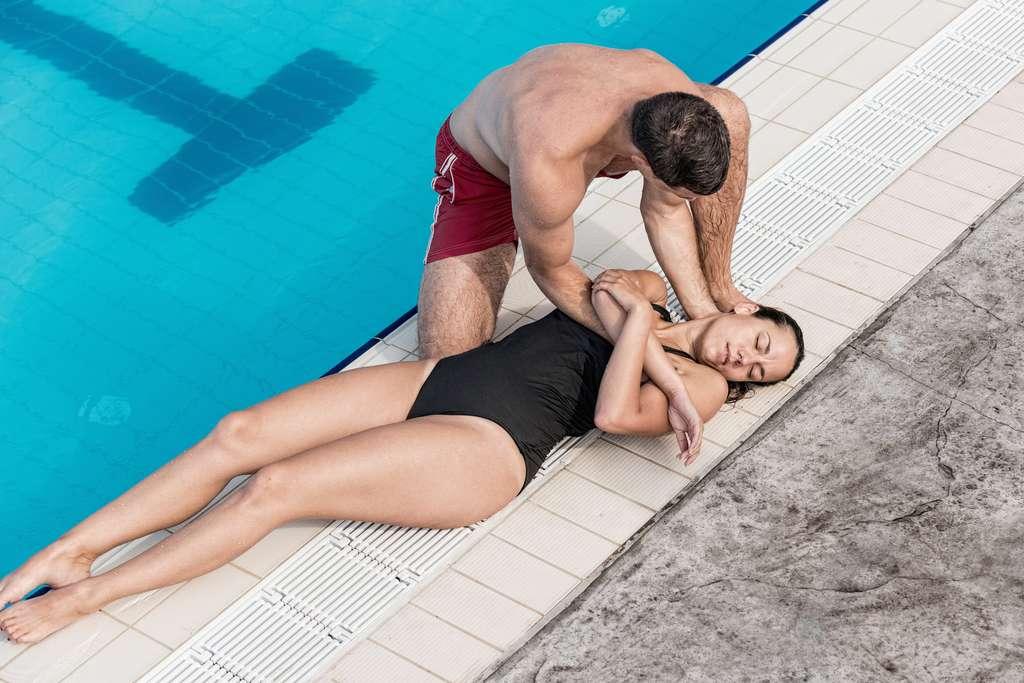 Si en cas d'arrêt cardiaque, un massage s'impose, en cas d'hydrocution légère, sans perte de connaissance, il suffit de réchauffer la victime et de la placer en position latérale de sécurité avant d'appeler les secours. © Microgen, Fotolia