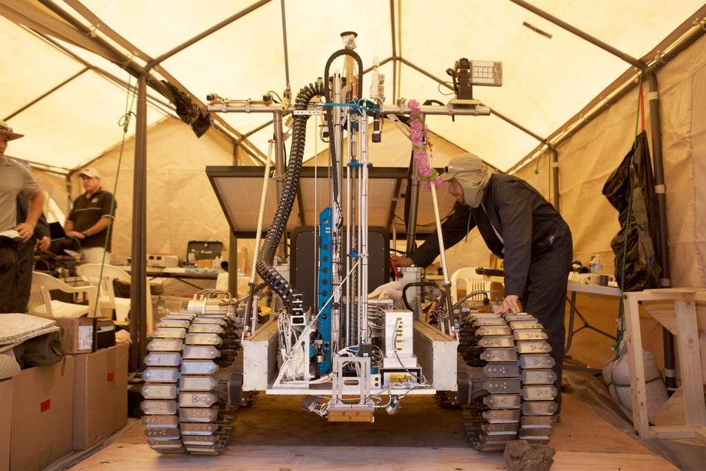 Le rover Artemis sur lequel est installée la suite d'instruments américano-canadienne Resolve. Si la Nasa prévoit de l'envoyer sur la Lune en 2018, elle a également en projet d'envoyer un certain nombre de ces instruments sur Mars en 2020. © CSA, Nasa