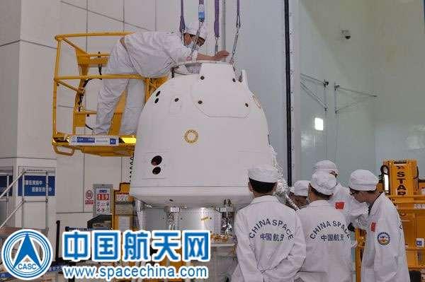 À moins de tenter de rapporter des rochers lunaires, la taille de la capsule de retour de Chang'e 5-T1 est bien plus dimensionnée pour le transport d'un taïkonaute. © CNSA