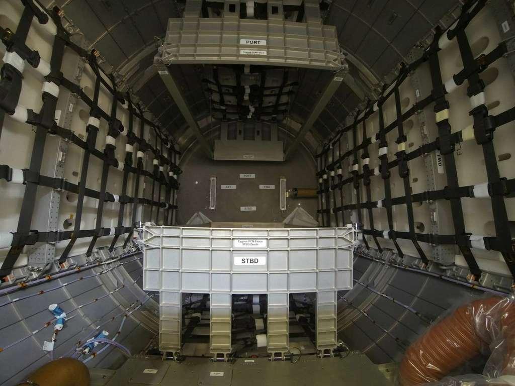 L'intérieur du module pressurisé de Cygnus, où se trouvent les 700 kg de fret envoyés à l'ISS. © Rémy Decourt