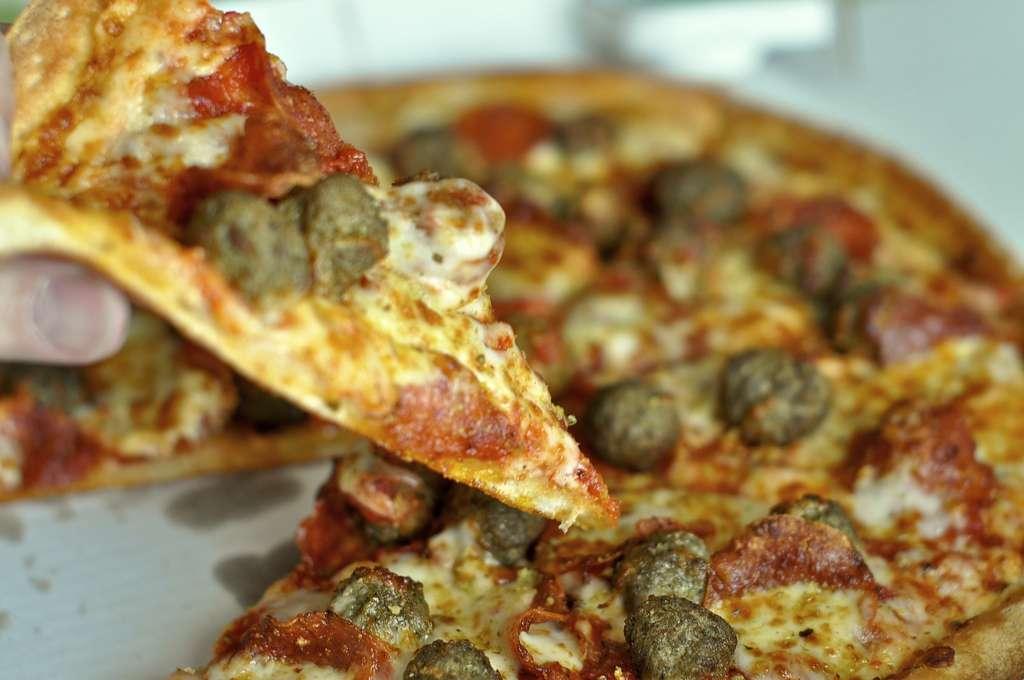 Les pizzas, chips ou autres hamburgers sont privilégiés par les supporters de sport déçus du résultat de leur poulain la veille. © Powerplantop, Flickr, cc by nc nd 2.0