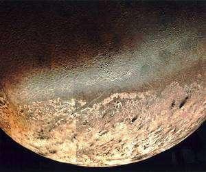 La surface de Triton observée par la sonde Voyager 2 en 1989. Crevasses, collines de glace et cryovolcans sont au programme. Crédit Nasa