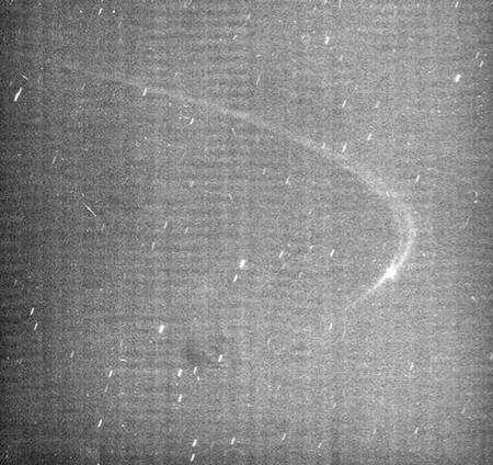 Les images de Cassini montrent la présence d'un arc de faible luminosité le long de l'orbite de la petite lune Anthe. Crédit : Nasa/JPL/Space Science Institute