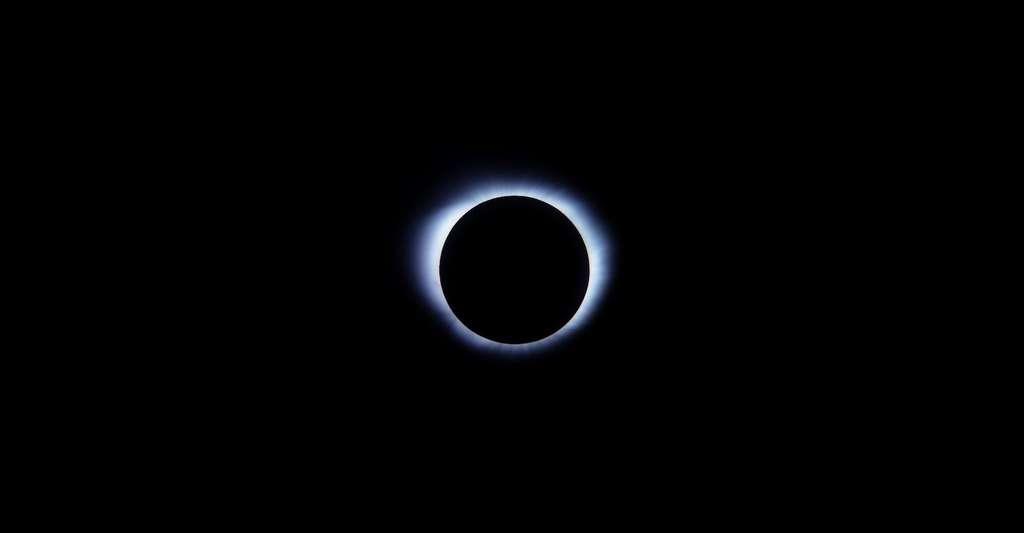 La phase totale — et uniquement la phase totale — d'une éclipse de Soleil peut être observée directement à l'œil nu, sans protection. © Cai Carney, Unsplash