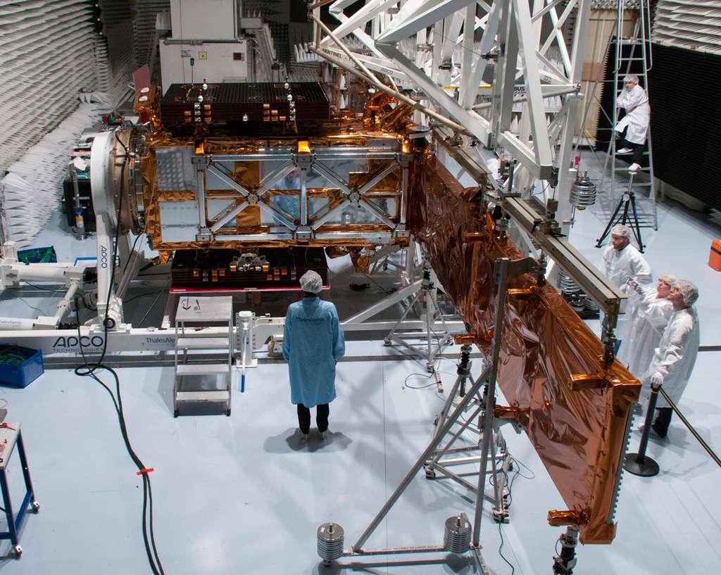 Dans la chambre anéchoïque de Thales, Sentinel 1 est préparé pour ses essais de compatibilité électromagnétique. © Rémy Decourt