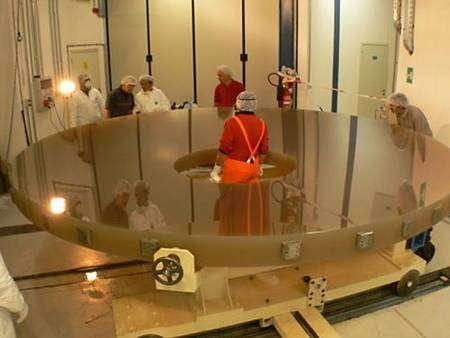 Application d'une couche protectrice sur le miroir primaire. 3 avril 2008. Crédit : Vista (Andy Born)