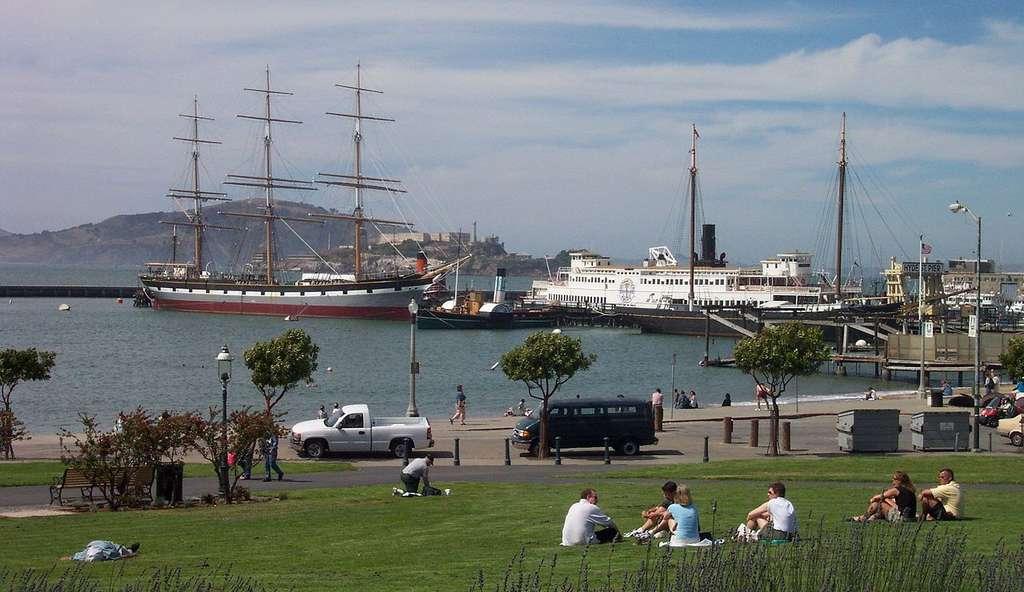 Navires anciens du Parc historique national maritime de San Francisco amarrés à Hyde Street Pie. On peut apercevoir dans le fond l'île d'Alcatraz et Angel Island. © Chris J Wood - cc by nc 3.0