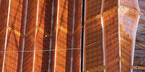 Sur cette image, le mécanisme de retrait apparaît nettement. Fonctionnant à la manière de certains stores vénitiens, un câble fixé sur l'arête des volets munis d'un système de charnières est chargé de rétracter ceux-ci en les ramenant vers un boîtier où ils se rassemblent en accordéon (non visible à droite). Crédit NASA.