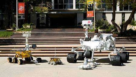 Au centre, une maquette de Sojourner. A gauche, un modèle semblable à Spirit et Opportunity. En comparaison le rover Mars Science Laboratory est considérablement plus grand, avec une hauteur de 1,6 mètre pour 2,7 mètres de longueur et 174 kilos sur la balance (terrestre). Cliquer pour agrandir. Crédit Nasa