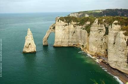 Figure 19 : Falaises d'Etretat : la craie est constituée des restes d'algues calcaires microscopiques qui témoignent que la mer du Crétacé supérieur (entre 100 et 65 millions d'années) était présente dans le Bassin de Paris et sur une grande partie de l'Europe. Photo de B. Monginoux (www.photo-paysage.com).