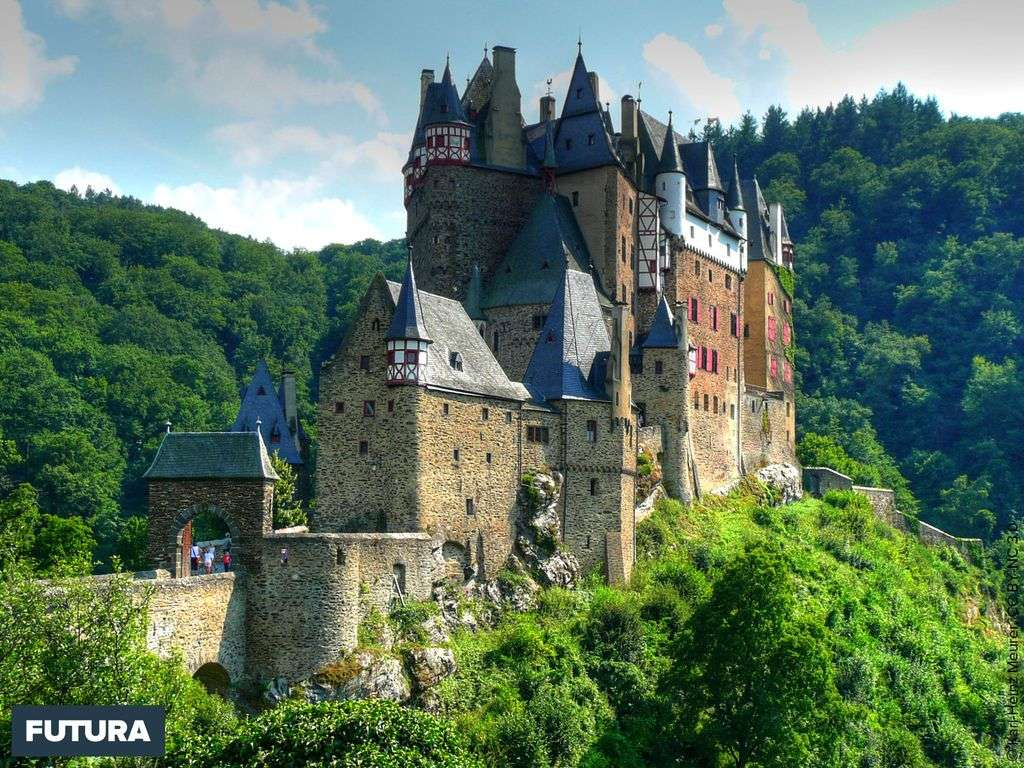 Le château médiéval d'Eltz niché dans les collines bordant la Moselle, en Allemagne