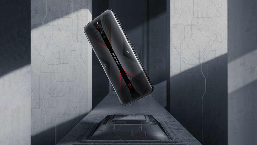 Plutôt discret d'apparence, le RedMagic dissimule tout un arsenal de technologies dédié aux jeux. Il dispose d'un système de refroidissement liquide et par ventilateur. © Nubia