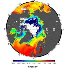 Flux total de DMS pendant la saison estivale. Les contours indiquent les étendues maximales (mars, moyenne 2003-2016) et minimales (septembre, 2003 et 2012) de glace. © Insu