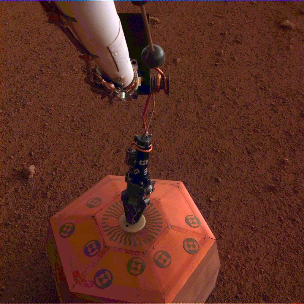 Le sismomètre Seis a été posé avec succès sur le sol de Mars le 19 décembre, lors du sol 22 (le 22e jour d'InSight). © Nasa, JPL-Caltech