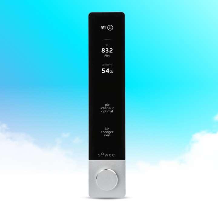 La station de contrôle, miniaturisée, ressemble à une télécommande. Elle intègre cependant de nombreuses fonctions. Ici, elle indique la concentration de l'air en dioxyde de carbone et le taux d'humidité. © Sowee