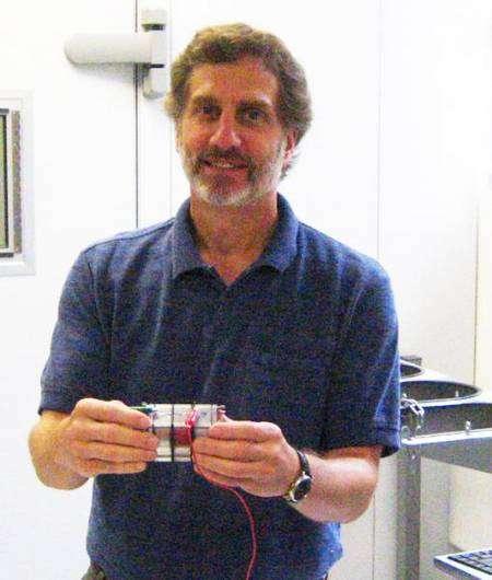Le professeur Logan, chercheur en bioénergie tenant ici une cellule de désalinisation microbienne. © David Jones, Penn State