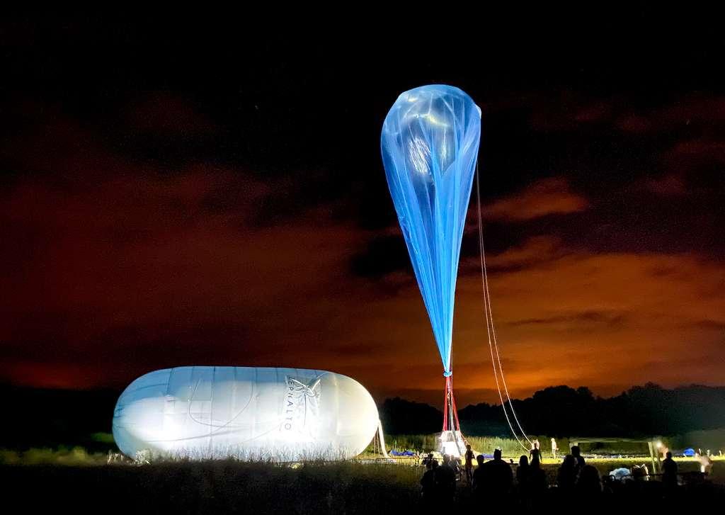 Gonflage du ballon utilisé pour le premier vol d'essai. Ce prototype de ballon stratosphérique est haut de 70 mètres contre 130 mètres pour le ballon qui sera utilisé pour les vols stratosphériques. © Zephalto, Camille Poirot