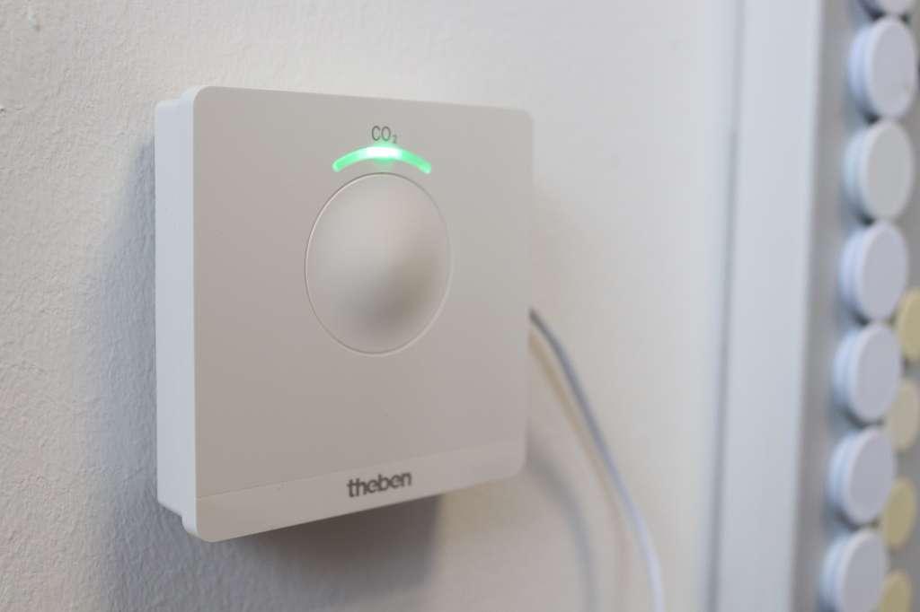 Posé sur une table ou accroché au mur, le boîtier Amun 716 CO2 Monitor indique via une LED le taux de concentration de CO2 présent dans une pièce. © Theben