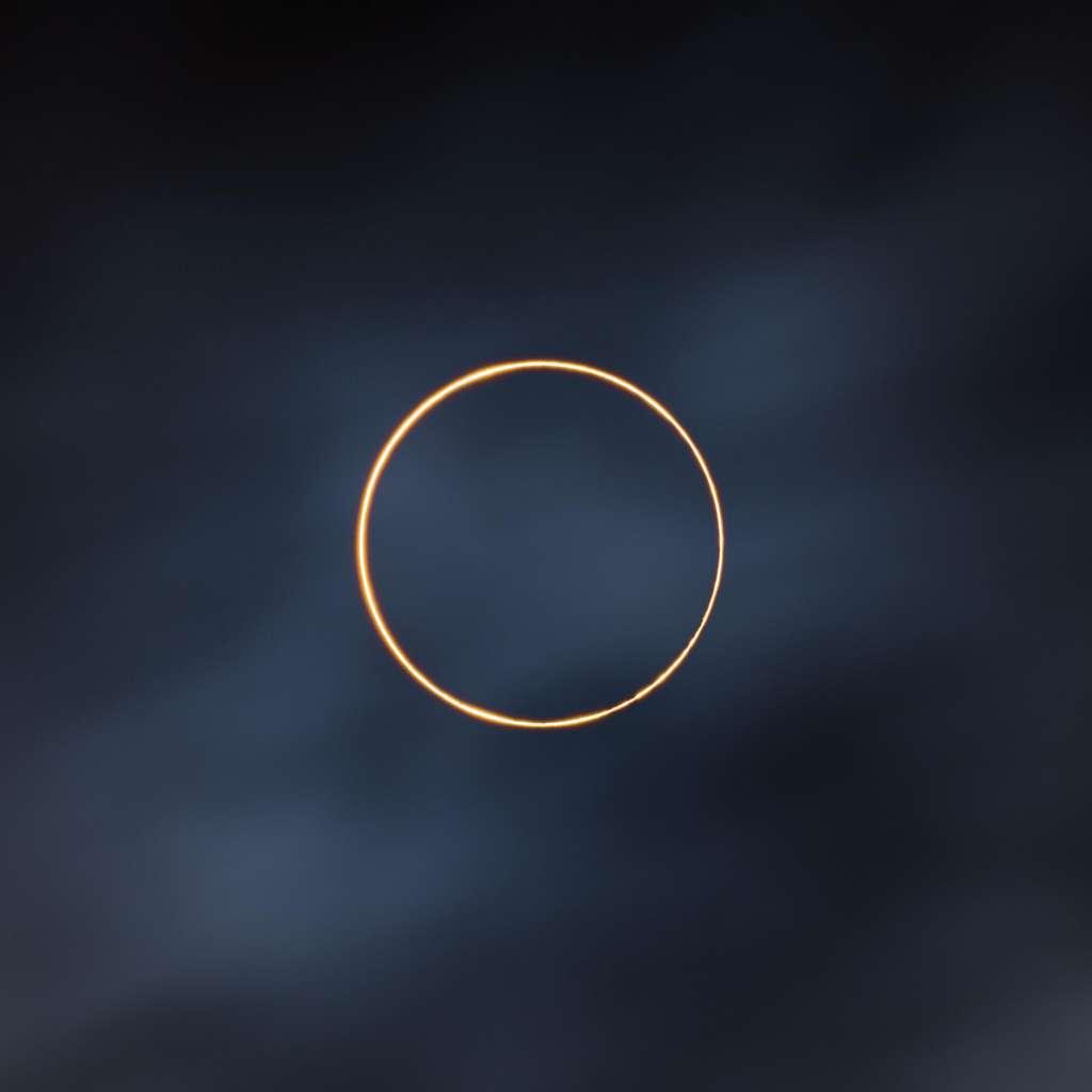 « Moins d'une minute après l'éclipse, le Soleil a été voilé par un nuage », se souvient Shuchang Dong, auteur de la photo. « J'ai eu tellement de chance. » © Shuchang Dong, Astronomy Photagrapher of the Year 2021