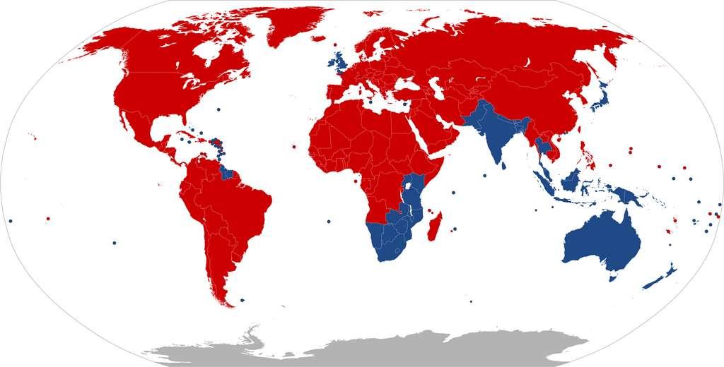 En rouge, les pays où l'on roule à droite. En bleu, ceux où l'on roule à gauche. © Benjamin D. Esham
