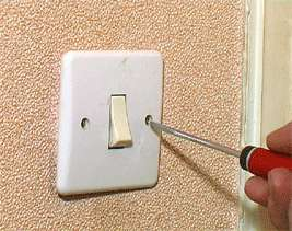Les interrupteurs : des endroits délicats pour le papier peint. © DR