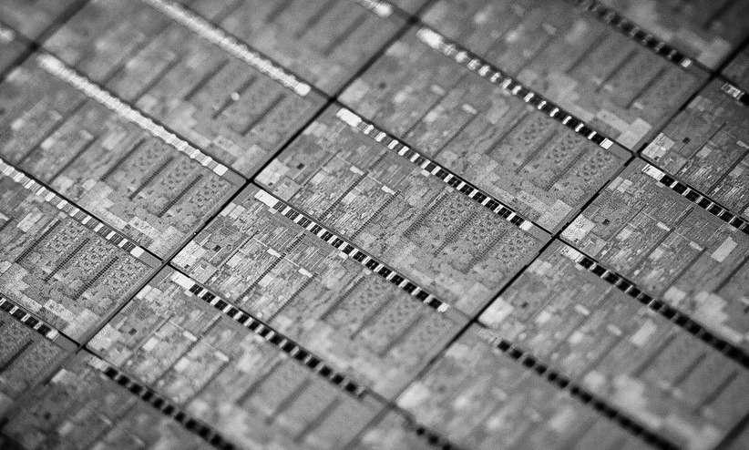 Avec la microarchitecture Broadwell, Intel passe à un processus de gravure en 14 nm contre 22 nm pour la génération précédente Haswell. Cette finesse de gravure a permis de réduire de façon très conséquente la taille de la puce : sa surface a été divisée par deux et sa hauteur réduite de 30 % relativement aux processeurs Haswell. Grâce à cette technologie, Intel indique que les processeurs Broadwell pourront être intégrés dans des terminaux dont l'épaisseur sera inférieure à 10 millimètres. © Intel
