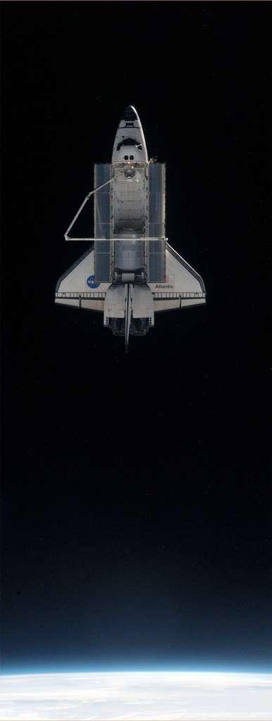 Après 37 missions à destination de l'ISS, Atlantis, photographiée ici le 19 juillet après son désamarrage de l'ISS, est la dernière navette à quitter ce formidable Meccano spatial qu'elle a permis de construire. © Nasa