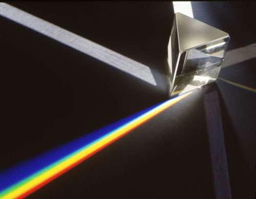 Première phase de l'expérience historique de Newton : la décomposition de la lumière par un prisme